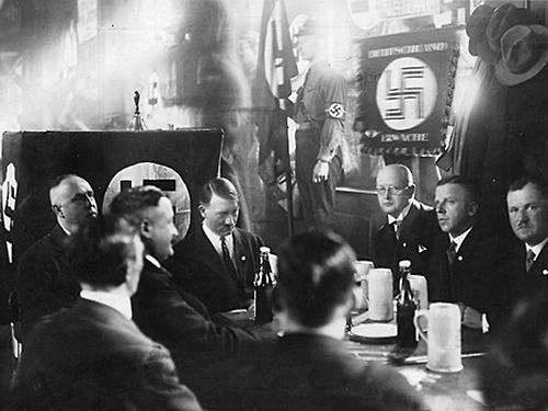 В 1925 году Грегор Штрассер, используя особое положение в партии, провозгласил «Рабочее содружество северо-западных гауляйтеров НСДАП»  / На фото Грегор Штрессер слева от Гитлера