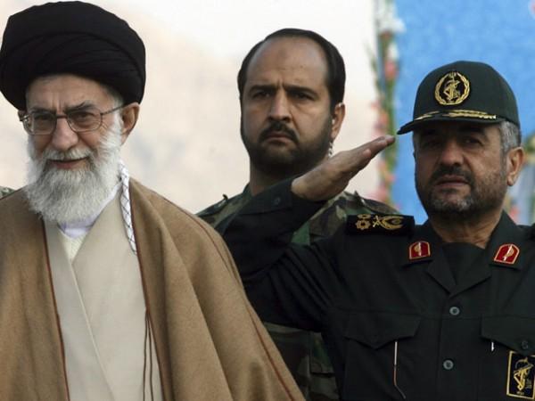 Все левые партии и организации запрещены на территории ИРИ, а их активисты безжалостно преследуются репрессивными органами / На фото: Аятолла Али Хаменеи и командующий КСИР, генерал Мохаммед Али Джаафари