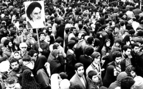 в конце 1970-х годов в Иране и левые активисты активно участвовали в антишахском движении, участвовали в свержении жестокого и реакционного монархического режима. Однако в итоге в Иране был установлен в политическом отношении ничуть не менее жестокий и консервативный режим шиитского духовенства