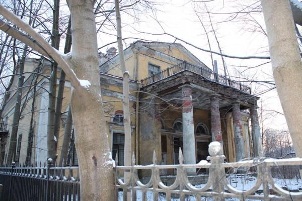 Усадьба Орловых-Денисовых, к сожалению, больше похожа на полуразвалившийся сарай, полностью окружённый многоэтажными (!) домами