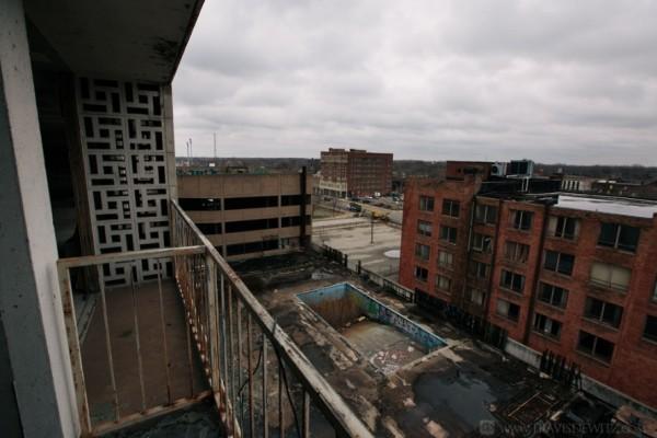 """Вид с балкона заброшенного отеля """"Хилтон"""" в Гэри (Индиана). Сейчас в городе проживает 80 тысяч человек, 84% из них - афроамериканцы. Индекс убийств на душу населения в городе — один из самых высоких в США"""