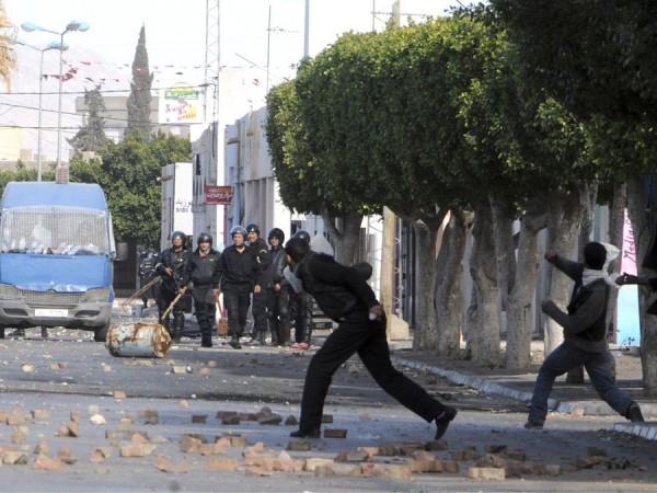 В Кассерине результате столкновений демонстрантов с полицией пострадали 14 человек