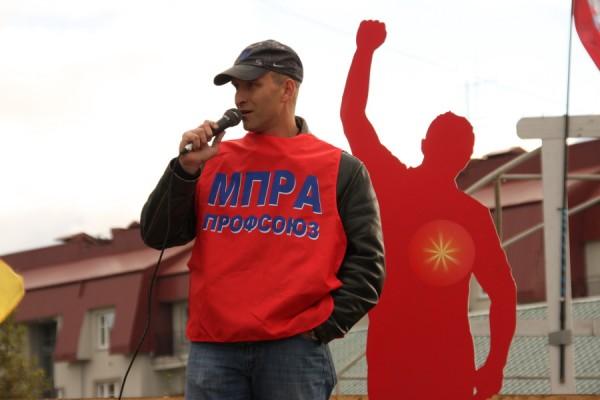 Алексей Этманов выступает перед жителями Тихвина в рамках предвыборной кампании 2011 года