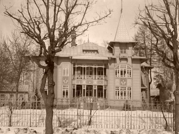 В начале ХХ века здесь стоял его роскошный деревянный особняк в стиле модерн