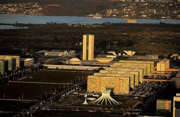 Город Бразилиа создавался в середине ХХ века по проектам всемирно известных архитекторов Лучио Кошты и Оскара Нимейера именно как «город будущего», «столица XXI века»