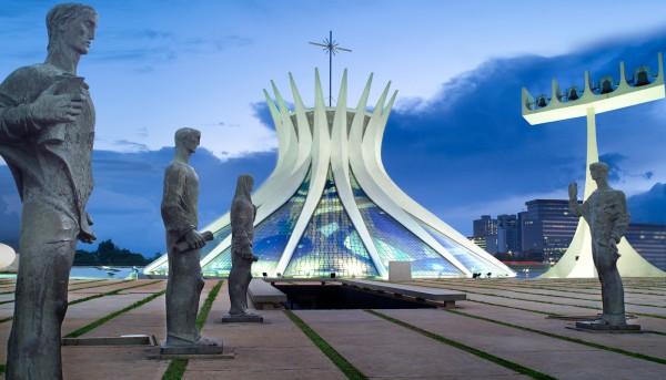 Католический собор архиепархии Бразилиа сооружён в стиле модернизм по проекту известного архитектора Оскара Нимейера