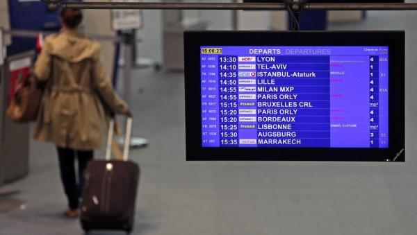 Бастующие требуют прекратить сокращения и сохранить систему премий / На фото аэропорт Орли, Франция / REUTERS / Jean-Paul Pelissier