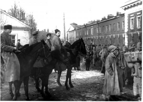 Утром 17-го марта большевистские войска ворвались в Кронштадт. Начались ожесточённые и затяжные уличные бои / На фото: большевик Павел Дыбенко проводит смотр часте Красной армии, захвативших Кронштадт