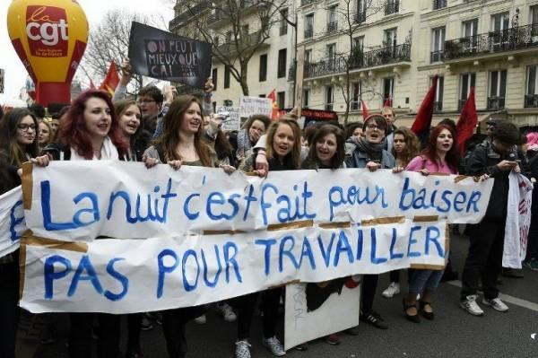 Демонстранты держали баннеры с надписью «Ночь для того, чтобы целоваться, а не работать»
