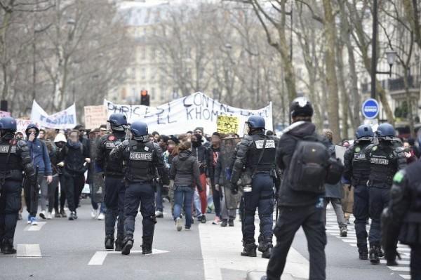Полиция специального назначения (CRS) применила слезоточивый газ, чтобы разогнать молодых людей, некоторые из которых были в масках