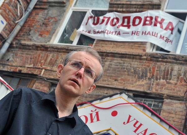"""""""Я всегда был противником голодовок, потому что голодовка — это инструмент, который резко подрывает здоровье человека. К голодовке следует прибегать, когда нет возможности обратиться в суд, к общественному мнению"""", - говорит Олег Шеин"""