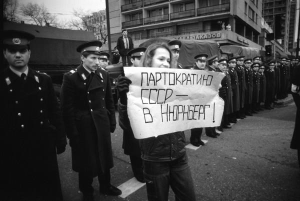 Когда бывшие партийные и комсомольские бонзы вкупе «людьми государевыми» из КГБ и «братками» растаскивали народное достояние по олигархическим карманам, диссидентствующая интеллигенция играла на своей старой шарманке, пугая ужасами тоталитаризма и требуя провести «нюрнбергский процесс» над коммунизмом