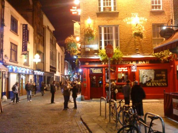 Молодых туристов привлекают в столице Ирландии многочисленные пивные бары, нередко работающие всю ночь, а также модные музыкальные клубы