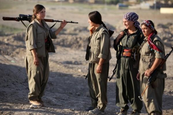 Свыше 10 тысяч курдиянок состоят в YPG (Отрядах женской самообороны / Фото: AFP PHOTO/AHMAD AL-RUBAYE