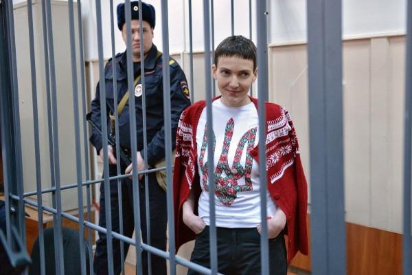 Вообще, читая новости про Надежду Савченко, возникает дикое ощущение, будто читаешь детский рассказ для советских школьников — про героическую партизанку, попавшую в плен к фашистам при выполнении задания