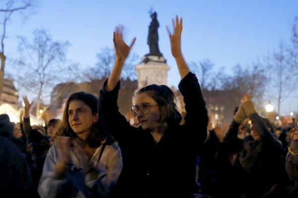 """Все предложения участники """"Nuit debout"""" обсуждают на «Генеральных ассамблеях», на которых выступить может каждый желающий, но его выступление не должно длиться более пяти минут. На выступления слушатели реагируют специальными жестами"""