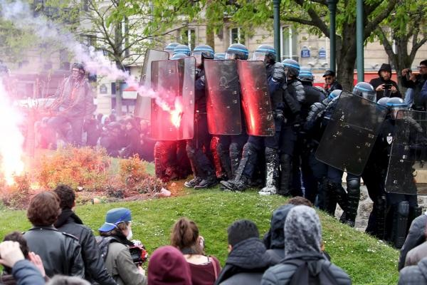 В Париже полиция по решению социалистического кабинета разогнала лагерь протестующих против реформы трудового кодекса, разбитый 31 марта на площади Республики
