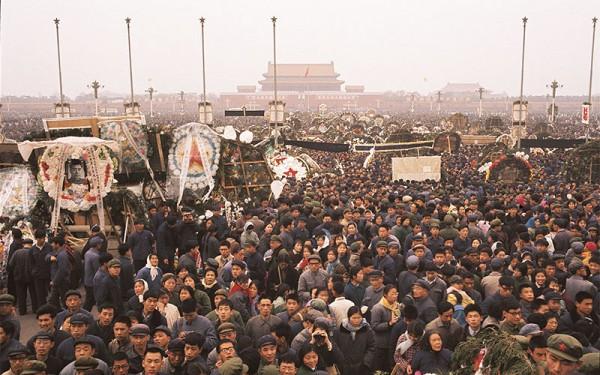 5 апреля 1976 года на главной площади Китая уже гремело: «Долой Мао Цзэдуна!» Уже прорывались из-под земли удары, которые через тринадцать лет сшибали портрет диктатора руками рабочих парней