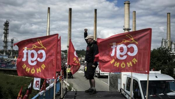 К общенациональной забастовке призвал один из крупнейших французских профсоюзов «Всеобщая конфедерация труда». В ближайшие дни число бастующих рабочих во Франции может существенно возрасти