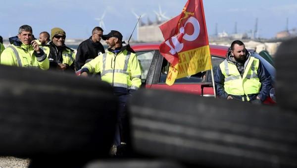 Протестующие кидали в полицейских различные предметы и жгли шины, сообщили в местной префектуре. В ответ полиция применила слезоточивый газ и водяные пушки