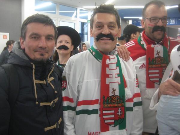 Венгры, одетые в свитера своей сборной или национальные костюмы, они пели, били в барабаны, «заряжали», гоня мадьяров вперёд