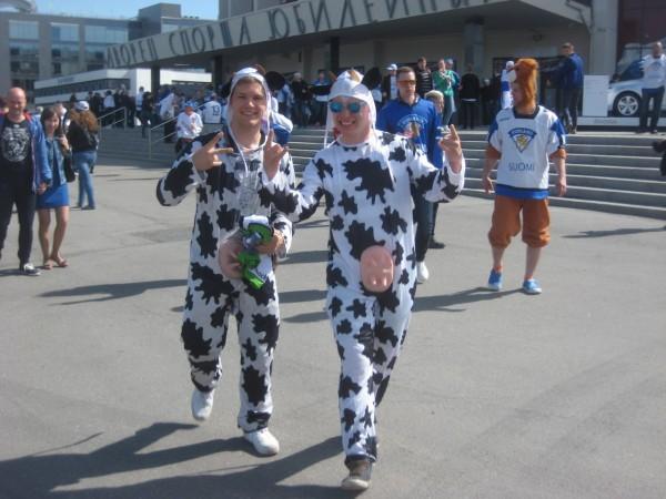 Хит нынешнего чемпионата — компания парней в пятнистых комбинезонах с коровьим выменем на причинном месте