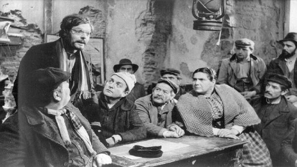 В действие вмешивается чужак — оборванный интеллигент, учитель Джузеппе Синигалья (Марчелло Мастроянни, 1924-1996). Предложенная им фигура «революционной гимнастики», как называли стачку анархо-синдикалисты, вызывает всеобщее ликование