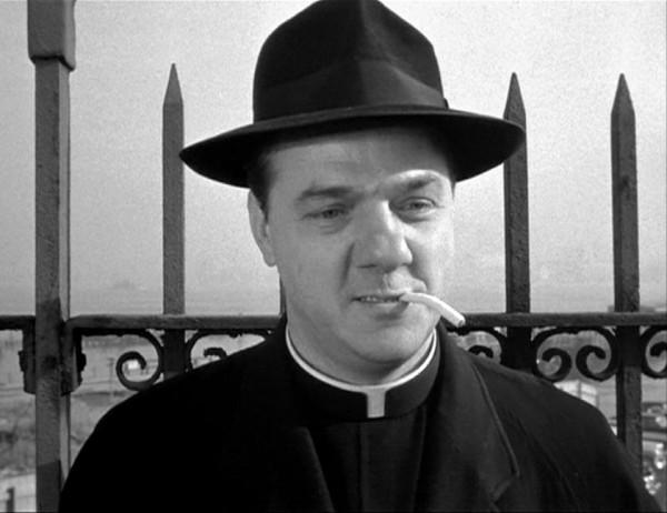 Идейным и духовным ядром противостояния злу явился как раз священник местной церкви, отец Берри (играет Карл Молден; 1912-2009)