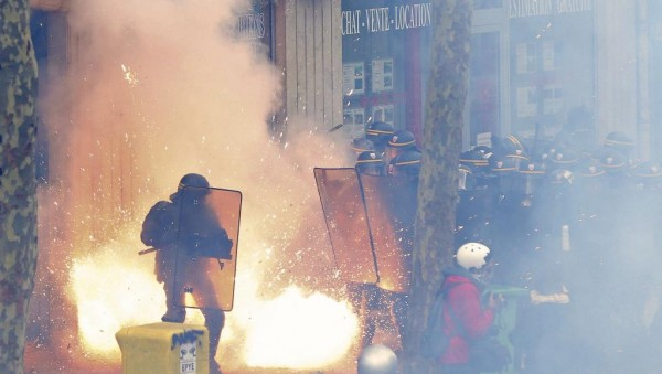 Анархистская «пропаганда делом» отличается от стычек рабочих с полицией. Если рабочие защищают от полиции свои пикеты, то задача анархистов, похоже, спровоцировать полицию на применение насилия с тем, чтобы столкнуть движение протеста с легальной дороги