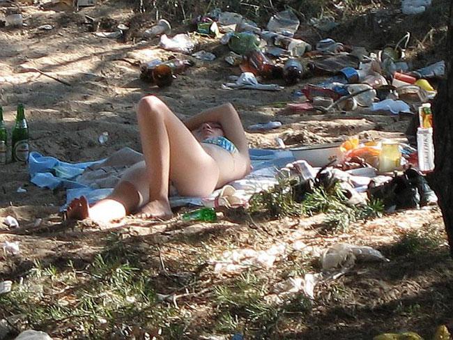 Окурок под ноги и бутылку из пластика на берег озера «простого человека» не Путин заставляет выбрасывать. И даже не Сурков. И не Миллер с Сечиным. Он сам это делает, даже если знает, что загаживает пространство, в котором обитает и отдыхает