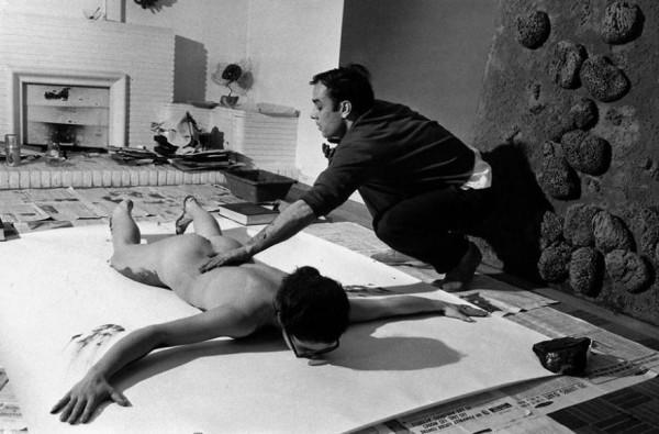 Ив Кляйн (1928-1962) - 56 лет назад делал отпечатки женских тел  на белых листах, на стенах и полу галереи