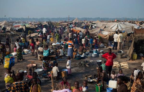 Как и все африканские столицы, Банги служит местом, куда стекаются внутренние мигранты. Многие из них не имеют регулярной занятости и селятся в окрестных бидонвилях, находящихся в крайне тяжёлом социальном и медицинском состояниях (AP Photo/Rebecca Blackwell)