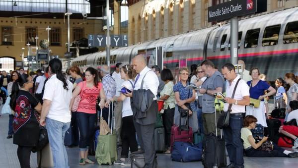 Конфликт между железнодорожниками и руководством компании длится уже давно и вызван намерениями руководства увеличить рабочее время машинистов