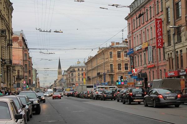 Город должен быть комфортным для человека. А автомобили создают дискомфорт. Шум, газы, копоть… Лучше бы уж пахло навозом ломовых лошадей