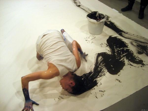 Артист интерсубьективен до шизоидальности, и его творение подталкивает нас не к критическому осмыслению общепринятого нарратива, а вводит нас в заблуждение, в итоге иронично и надменно смеясь над нашим бессилием