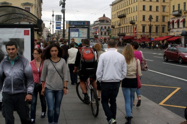 Ездить по проезжей части в России страшно, учитывая состояние дорог, а главное — умов водителей машин. Но это не причина гонять на велосипедах по тротуарам