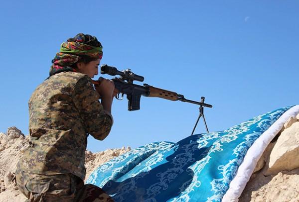 подавляющим большинством женщин, сражающихся в рядах курдского ополчения, движет отнюдь не романтика. Для них война с ИГ - это вопрос жизни и смерти