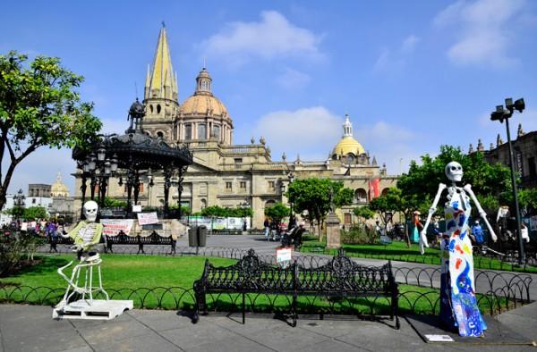 Гвадалахара — это оригинальное смешение архитектурных стилей (готики, барокко, неоклассицизма) в исторических кварталах «нижнего города», прекрасные парки и сады, множество оригинальных и самобытных театров