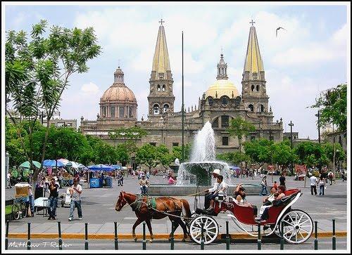 Гвадалахара с её оригинальными достопримечательностями — площадями де Армас и Либерасьон, авеню (проспектом) Хуарес, Морским собором — красивый и очень самобытный в культурологическом плане город. В архитектуре Гвадалахары причудливым образом смешались самые разные стили — готика, барокко, неоклассицизм, традиционные мексиканские стили / Кафедральный собор в Гвадалахаре