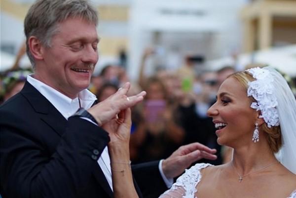 Все мы помним свадьбу Пескова и Татьяны Навки в Сочи. Скромной её никак не назвать. После этого песковские обвинения футболистов в «тщеславном безобразии» воспринимаются как издёвка
