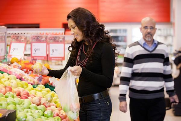 Ежегодно на кассах французских супермаркетов расходуется до пяти миллиардов пластиковых пакетов. Срок разложения пластиковых пакетов - 100-200 лет