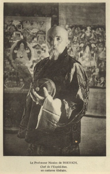 В Гималаях духовные учителя Востока — Махатмы — поручают Рериху важную миссию — передать правительству молодой Советской Республики послание (на фото: Николай Рерих в тибетском костюме)