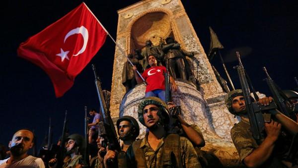 Эрдоган вполне мог сыграть на опережение. Разгромить потенциальных заговорщиков, устроив имитацию путча и заодно продемонстрировав народную поддержку своего курса