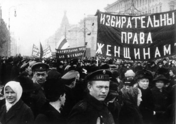 Не будем забывать, что первая женщина-министр и первая в мире женщина-посол тоже появились в нашей стране / На фото: демонстрация 8 марта 1917 года в Петрограде
