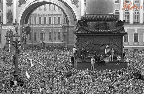 У Зимнего дворца собрались сотня тысяч человек, никогда доселе и никогда после я не видел такого массового митинга. Подходили заводские колонны, с Кировского завода, с Металлического. Впечатляющее зрелище!