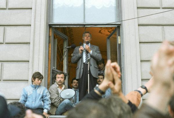 С балкона Мариинского дворца время от времени выступал Александр Беляев, тогдашний председатель Ленсовета, Собчак, избранный незадолго до этого мэром