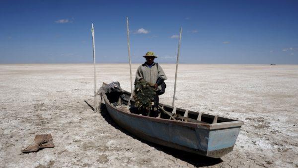 После десятилетий ежегодных засух, вызванных Эль-Ниньо, и в результате отвода воды через Анды второе по величине озеро Боливии Поопо в декабре 2015 года полностью высохло