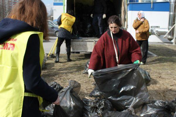 Надежда Тихонова на субботнике в Ржевском лесопарке - 9 апреля 2016 года