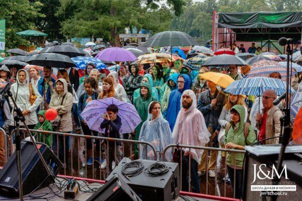 V международный фестиваль «Усадьба Jazz» собрал на Елагином Острове более восьми тысяч человек. Небо было мрачным. Зато Маслянный луг светился красками зонтов