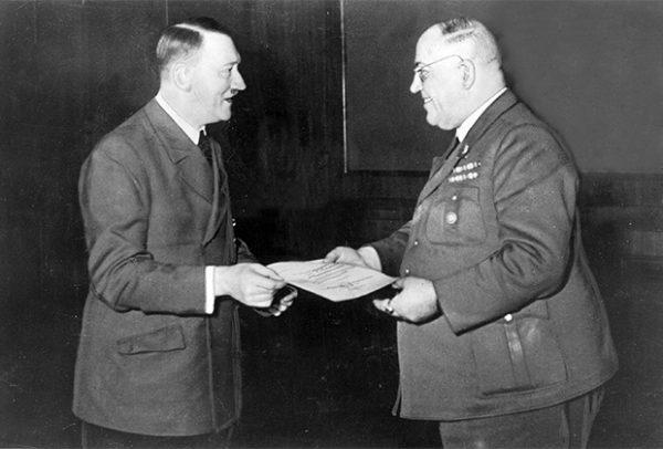 Документы личного доктора Гитлера Теодора Морелля (на фото справа) позволяют судить, как использовались наркотики в нацистской Германии